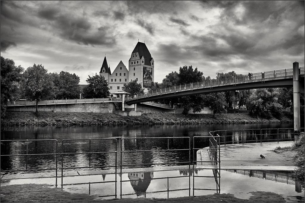 Dunkle Wolken über der Donau