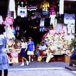 Image of Straw Market near Nassau. dia analogfilm scan 1980s slide 1980er diapositivfilm kleinbild kbfilm analog 35mm canoscan8800f 1988 contax137md bahamas nassau insel newprovidence amerika westindischeinseln karibik mittelamerika stadt strase bauwerk profanbau menschen leute strawmarket strohmarkt downtownnassau thebahamas nordamerika gebäude rüdigerstehn