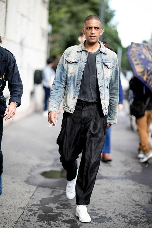 Gジャン×グレーTシャツ×黒プリーツパンツ×黒タックパンツ×白ローカットスニーカー