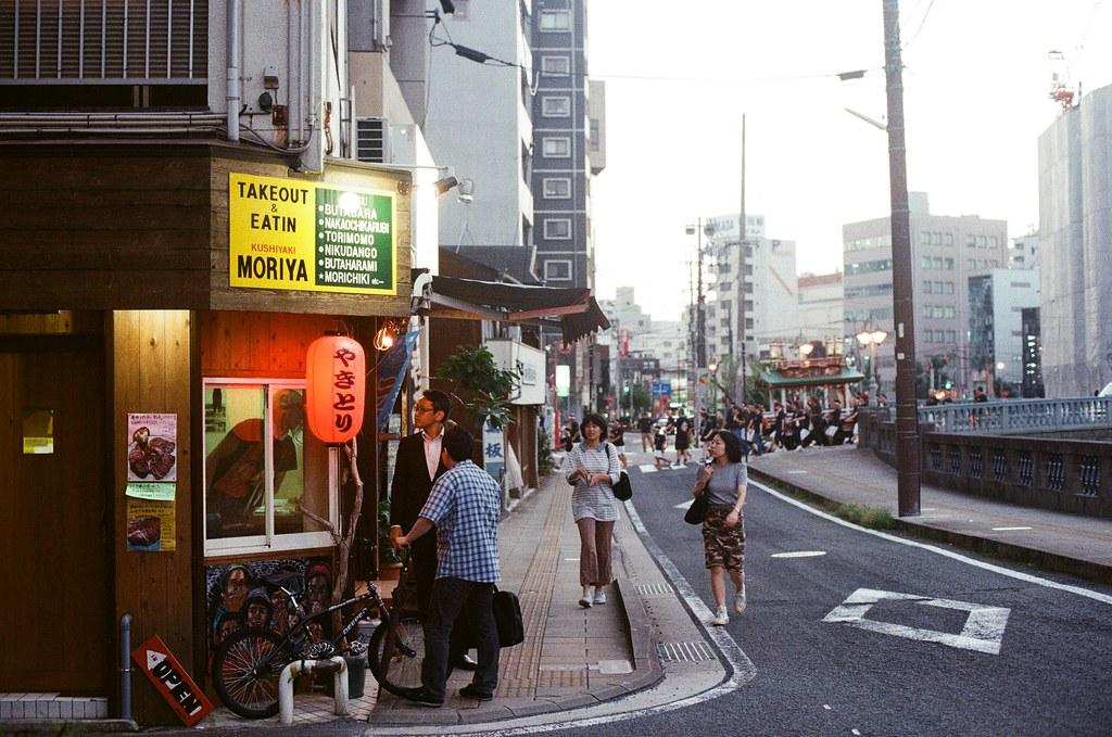 眼鏡橋 長崎 Nagasaki 2015/09/07 這家轉角的小店鋪好像很好吃,後面神轎經過。  Nikon FM2 / 50mm Kodak UltraMax ISO400 Photo by Toomore