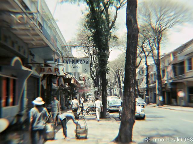 SAIGON 1968 by Mike Mondzak - Đường Tự Do, bên phải là góc đường Hồ Huấn Nghiệp