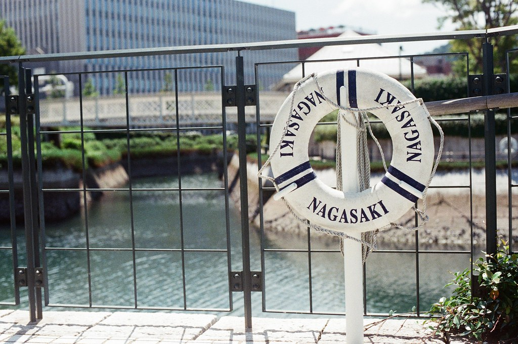 長崎縣美術館 長崎 Nagasaki 2015/09/08 放置在人行道的救生圈。  Nikon FM2 / 50mm Kodak UltraMax ISO400 Photo by Toomore