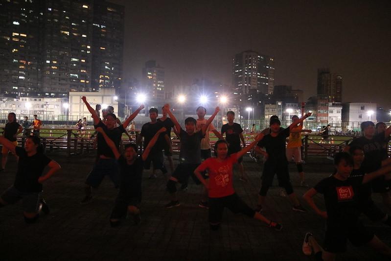 高舉V型姿勢,夜間練習依然展現團結精神。圖/黃佳鳳攝。