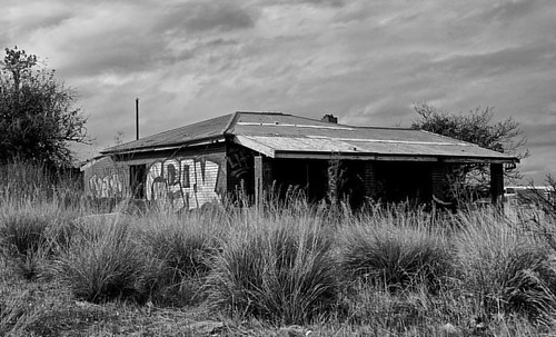 Sitting in a field was this #oldhouse abandoned and lonely...  #blackandwhite #blackandwhitephoto #blackandwhitephotography #bnw #bnw_captures #bnw_captures #thelife_bw #super_streetlife_channel #urbandecay #urbexphotography #lovefreo #freolove #infreo #t