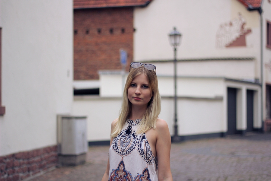 outfit blonde blogger sunnies top print casual face