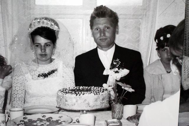 Photo de mariage en noir et blanc : Les cheveux en pétard du marié ont dû faire parler quelques grand mères.