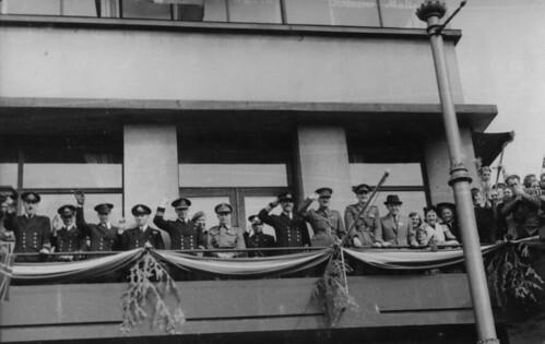 De nyankomne allierte styrker hylles av befolkningen i Trondheim (1945)