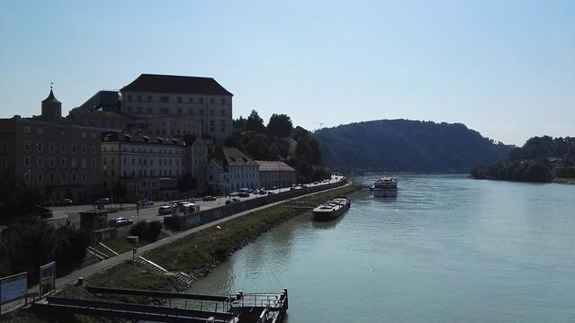 Blick über die Donau zum Schlossberg mit dem Schlossmuseum
