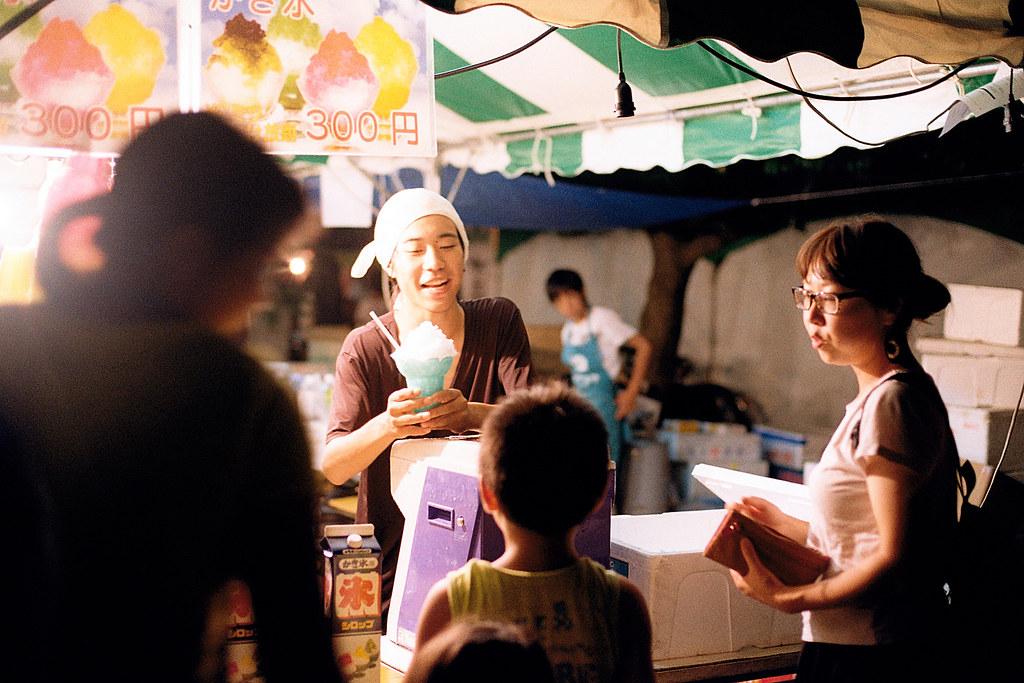 """七夕祭 仙台 Sendai 2015/08/07 賣冰的大哥哥,很會哄小朋友,應該啦,雖然我聽不懂日文,但看互動應該就知道是如何。  Nikon FM2 / 50mm Kodak ColorPlus ISO200  <a href=""""http://blog.toomore.net/2015/08/blog-post.html"""" rel=""""noreferrer nofollow"""">blog.toomore.net/2015/08/blog-post.html</a> Photo by Toomore"""