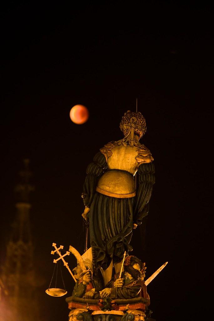 Gerechtigkeitsbrunnen an the blood moon - Bern