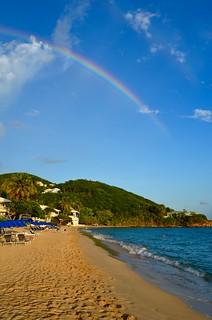 Image de Limetree Beach près de Charlotte Amalie. ocean blue trees beach rainbow palm caribbean