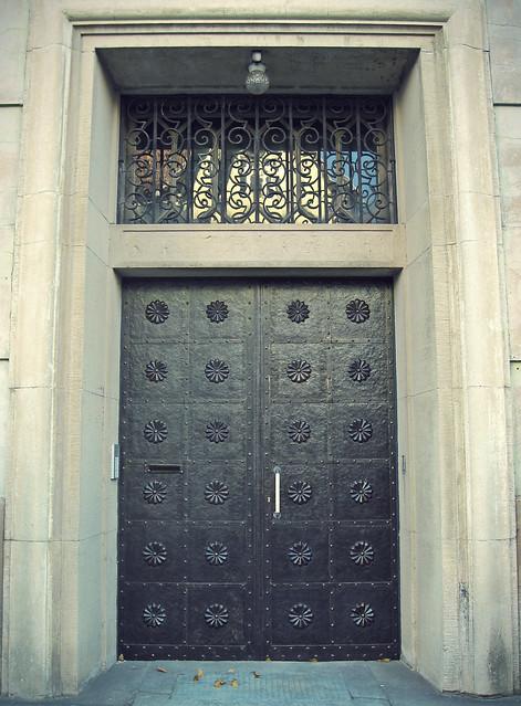 Porte d'une banque