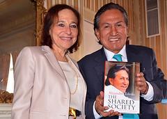Presentan el libro de Alejandro Toledo en el Club de La Banca