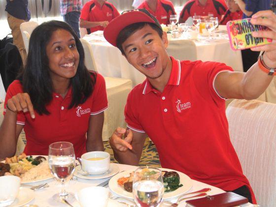 Shanti Pereira và Calvin Kang selfie cùng bữa ăn (Ảnh: Jaslin Goh)