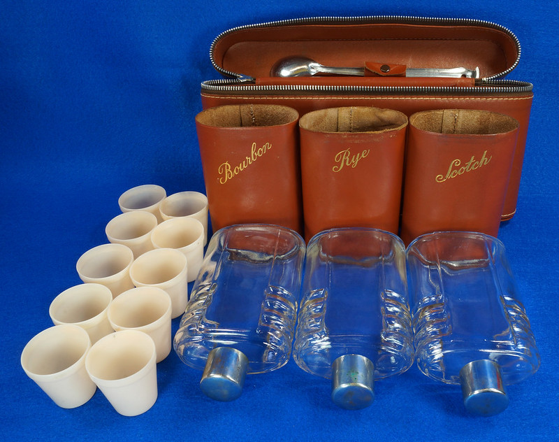 RD14514 Vintage Travel Bar Set in Leather Case with 3 Leather Wrapped Glass Flasks DSC06190