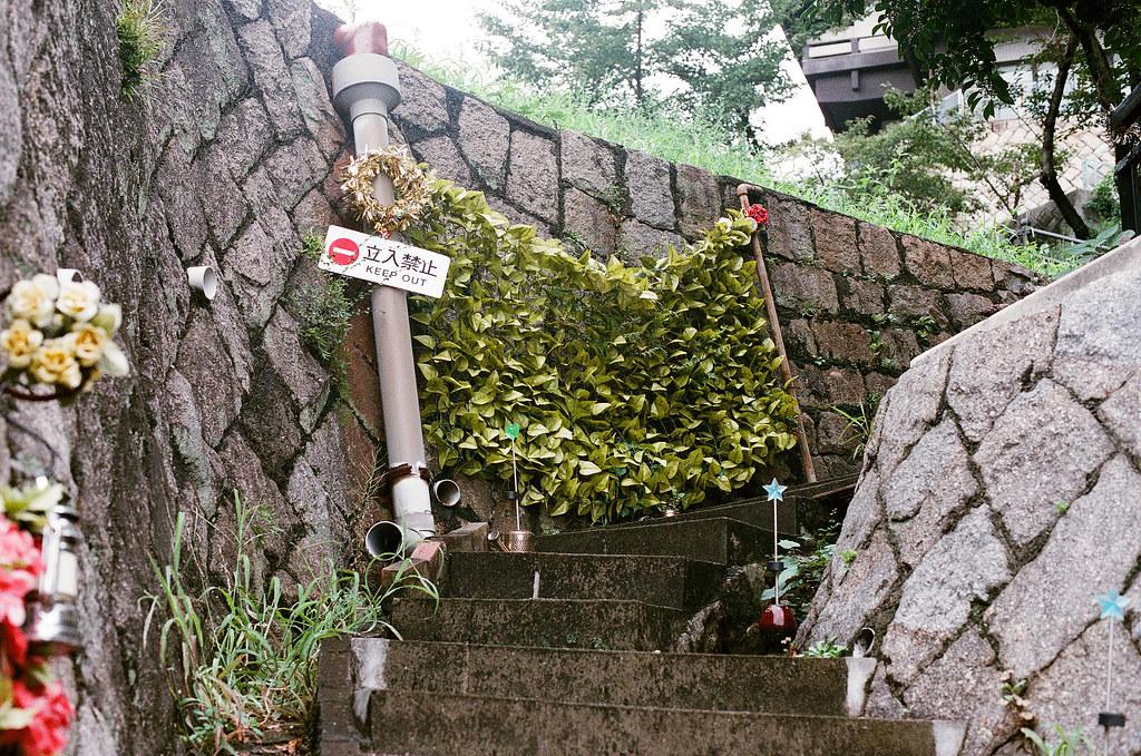 貓の小道 尾道 おのみち Onomichi, Hiroshima 2015/08/30 後來走下來我發現這個,才驚覺其實剛剛是女主人好客的讓我進去拍攝!  Nikon FM2 / 50mm AGFA VISTAPlus ISO400 Photo by Toomore