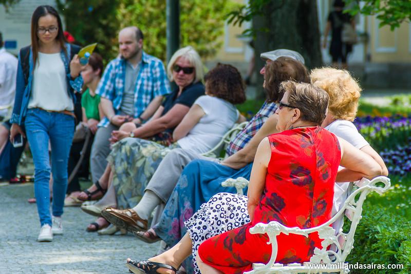 Gente descansando y paseando por los jardines del Palacio de Wilanów