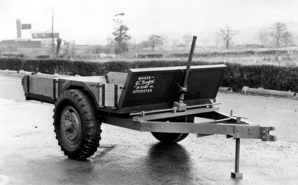 Первая машина JCB - прицеп-самосвал из металлолома, оставшегося после войны