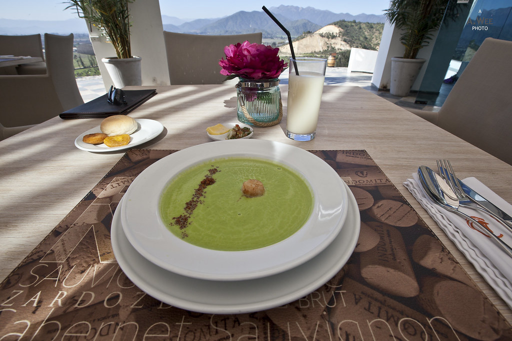 Creamy pea soup with bacon and scallops