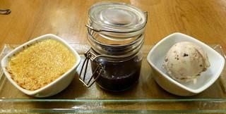 Dessertvariation mit Crème brûlée, Lebkucheneis und Feigen-Glühweinmarmelade