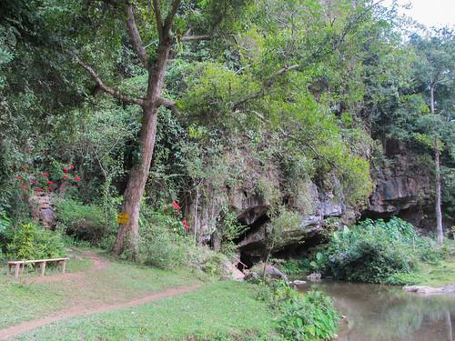La grotte sur le chemin menant au village de Ban Na