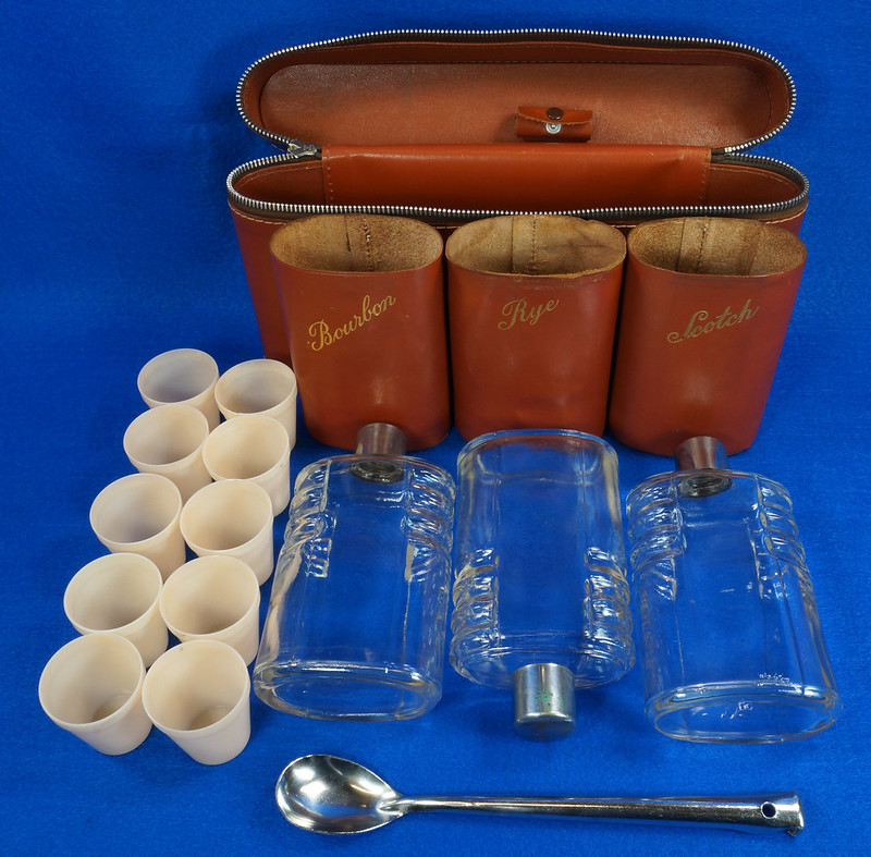 RD14514 Vintage Travel Bar Set in Leather Case with 3 Leather Wrapped Glass Flasks DSC06189