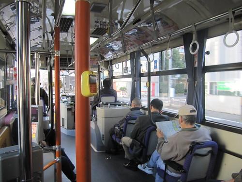 金沢競馬場へ向かうバス車内バス