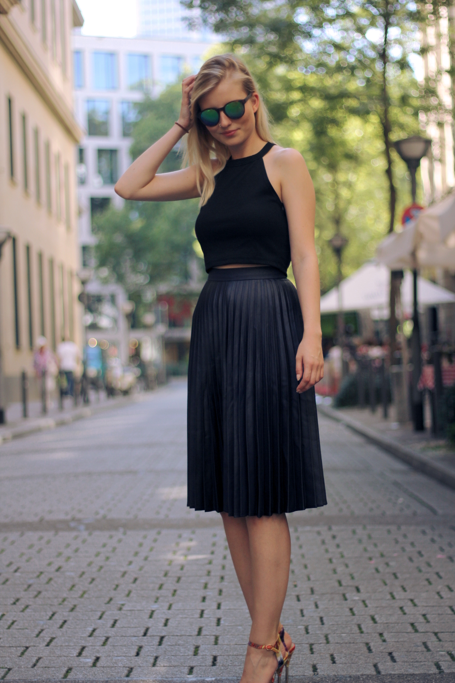 outfit blonde blogger frankfurt ffm street straße chic summer look blue black flowers gold sunnies