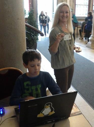 spontane Messestand-Hilfe: Sohn entdeckt Dungeon Crawl, während seine Mutter meine Visitenkarten verteilt