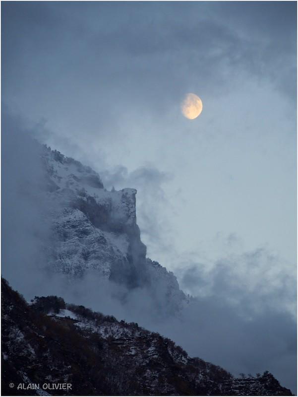 La Lune sur le Bec de l'Aigle, ce soir. 22844974159_6767ff3c77_b