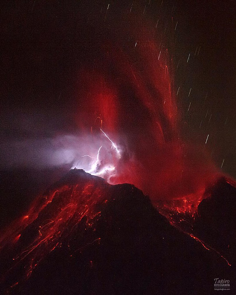 Rayos en erupción volcánica. Siempre que fotografías naturaleza los resultados pueden ser sorpresivos. A veces la bruma permite ver muy poco, a veces simplemente no ocurre nada interesante por horas, a veces duro has fuera de foco tu cámara. Siempre sorpr