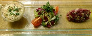 Tartar von der geräucherten Gänsebrust mit Apfel, Blattsalaten  und hausgemachtem Gänseschmalz