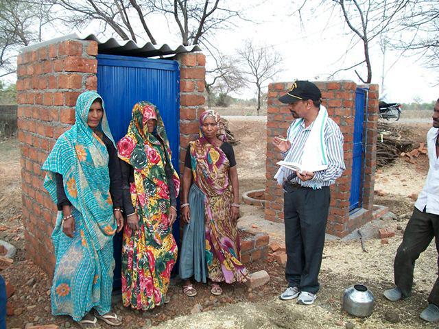 हरदा में भाइयों के दवारा रक्षाबंधन पर दिया गया शौचालय उपहार