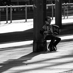 Junger Straßenmusikant in Chemnitz / Jonge straatmuzikant in Chemnitz