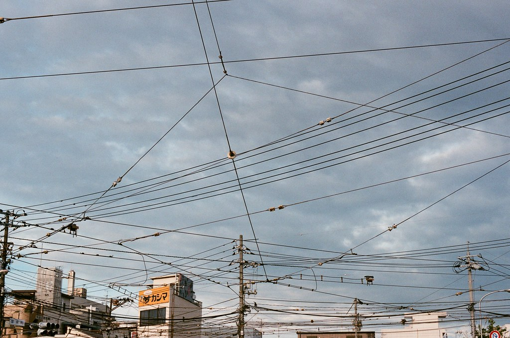皆実町六丁目 広島 Hiroshima 2015/09/01 有的時候想想路面電車上方的電纜線其實滿混亂的 ...  Nikon FM2 / 50mm AGFA VISTAPlus ISO400 Photo by Toomore