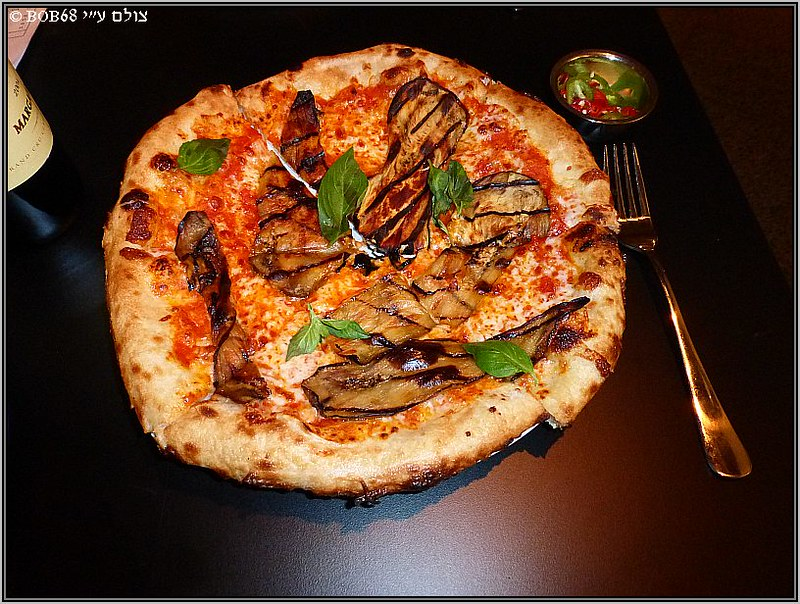 פיצה חצילים וחריף ב- מגזינו