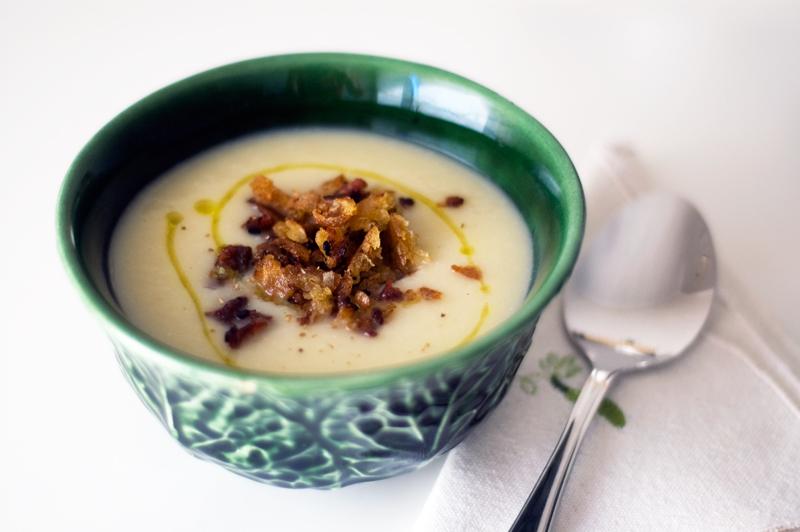 Sopa de couve-flor e croutons de bacon e mel