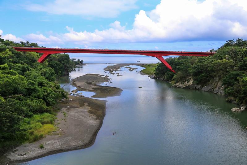 【花東旅遊景點.美食】從花蓮到台東吃東河包子!還有泰源幽谷裡,登仙橋的台灣獼猴們。