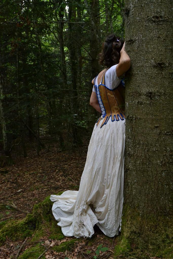 Œillets renforcés de ruban au dos du corset rococo