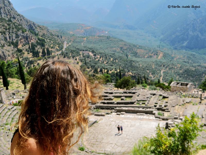 Vista panorámica del templo de Apolo y del teatro de Delfos (Grecia)