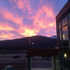 haven't seen a sunrise like this in a while :heart:️:sunrise_over_mountains: - - - - - - #jasper #jaspernationalpark #jaspernp #jasperdsf #mountains #sunrise #nofilter #explorealberta #explorecanada #darkskies #beakerhead #scicomm #travelalberta #rockymou