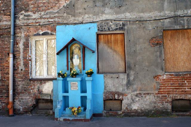 Statue de la Vierge Marie sur fond de batiment désaffecté dans le quartier de Praga à Varsovie.
