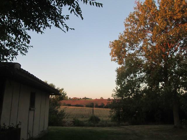 petite maison en torchis au lever du soleil