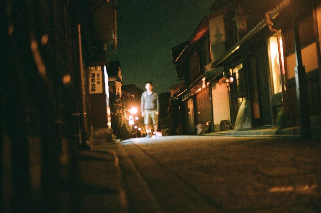清水寺 夜間 京都 Kyoto 2015/09/24 我自己把相機放在一個店家外的垃圾堆上面,轉了定時後就趕快跑到販賣機前拍照,販賣機的光可以幫忙補光,雖然還是有點糊糊的。  這一天晚上沒有直接回到住的地方,而是跑來拍晚上的清水寺,因為沒有夜間參拜的關係,這裡太陽下山後店家就打烊了,整條路上就這樣安安靜靜的,我記得那時候才剛過晚上七點而已。  Nikon FM2 Nikon AI Nikkor 50mm f/1.4S AGFA VISTAPlus ISO400 0951-0012 Photo by Toomore
