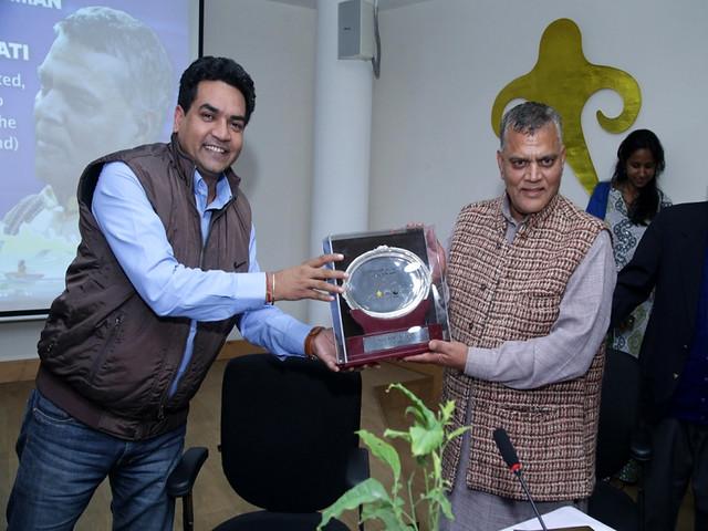 सच्चिदानंद भारती को सम्मानित करते दिल्ली सरकार के जल मंत्री कपिल मिश्र
