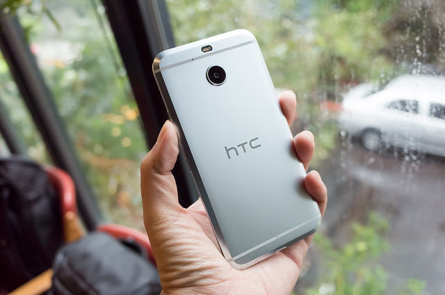 HTC 在台發表三款高中低新機,並推出線上購物線下取貨 O2O 服務,另有 HTC 10 EVO 快速動手玩 @3C 達人廖阿輝