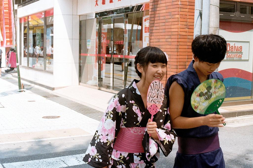 """七夕祭 Iwaki (いわき市 Iwaki-shi), Fukushima 2015/08/06 小情侶正要去逛七夕祭,而我正要走回去車站。  Nikon FM2 / 50mm Kodak ColorPlus ISO200  <a href=""""http://blog.toomore.net/2015/08/blog-post.html"""" rel=""""noreferrer nofollow"""">blog.toomore.net/2015/08/blog-post.html</a> Photo by Toomore"""