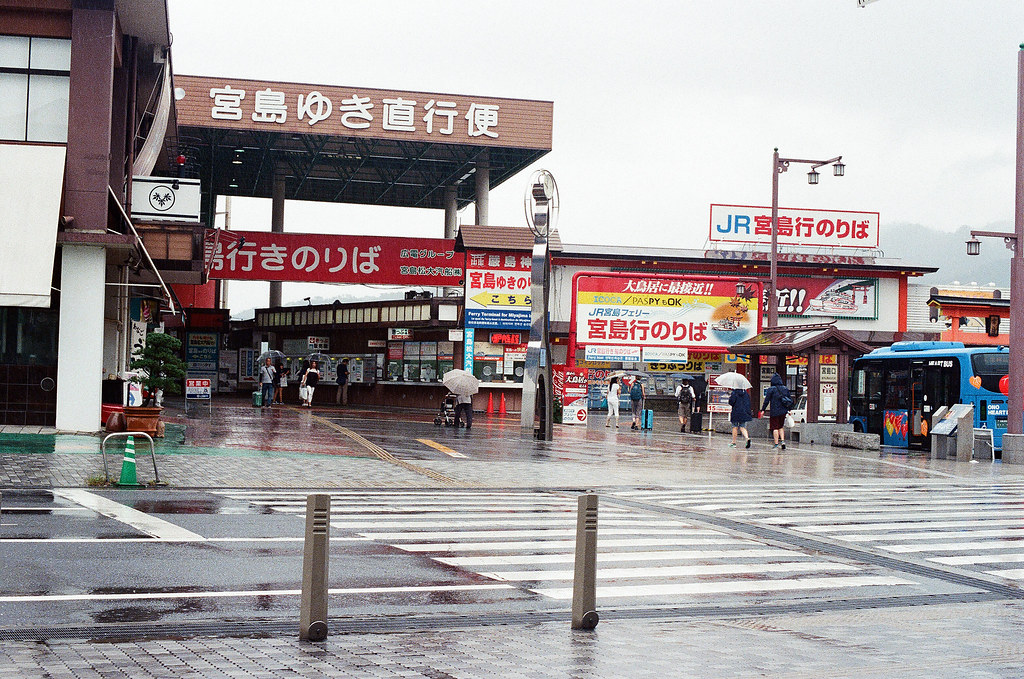 JR西日本宮島フェリー 広島 Hiroshima 2015/08/31 要搭 JR 那個,會離大鳥居比較近,但今天還是一直下雨。  Nikon FM2 / 50mm Kodak UltraMax ISO400 Photo by Toomore