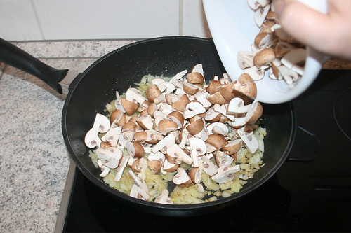 28 - Geviertelte Champignons in Pfanne geben / Add mushrooms