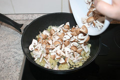 28 - Geviertelte Champignons in Pfanne geben / Add…